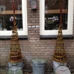 klimspiraal van wilgenteen, hier in gebruik als kerstboompjes