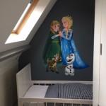 Elsa muurschildering op de kamer van onze dochter met krijtverf ondergrond, kan ze er zelf heerlijk omheen tekenen