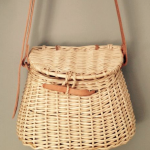 Visserstasje in gebruik als handtas, gevlochten om een mal