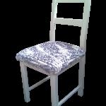 een oude stoel geschilderd en van een nieuwe zitting voorzien