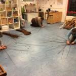 cursisten aan het werk met de bodemkim van hun eerste mandje